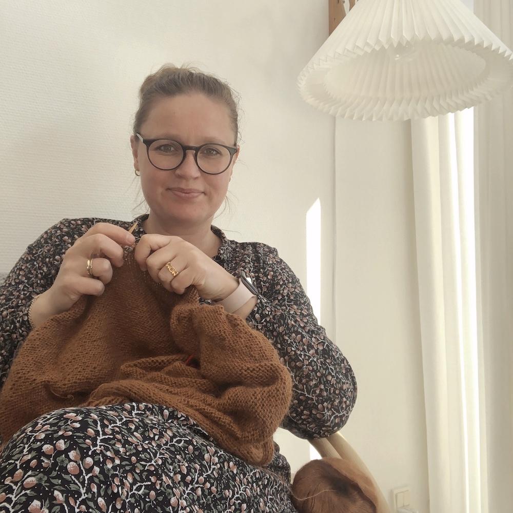 Anne strikkehistorie. Anne med et strikketøj